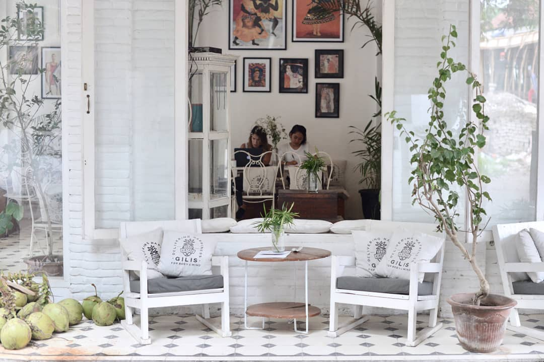 On Gili Trawangan, you have Casa Vintage Living, a beautiful cafe decorated with loads of white, plants and paintings.